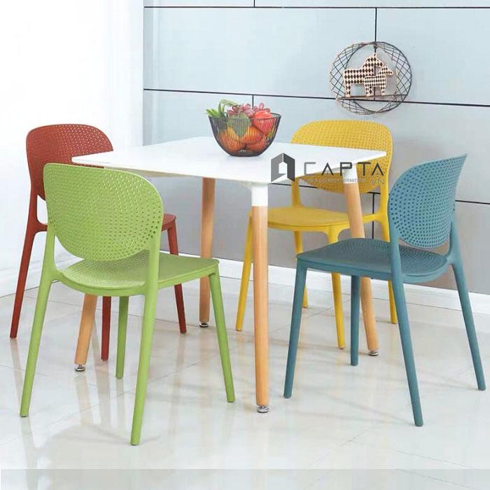 Bộ bàn ghế tiếp khách mặt gỗ vuông và 4 ghế nhựa đúc cao cấp